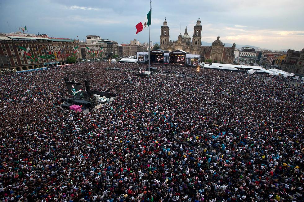 במקסיקו סיטי ערכו מופע רוק בכיכר המרכזית, כיכר זוקאלו, למען כל האנשים שנפגעו ברעידת האדמה שפקדה את המדינה ב-19 בספטמבר  (צילום: AP) (צילום: AP)