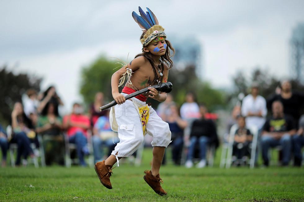 """ברנדלס איילנד, ניו יורק, חגגו את """"יום הילידים"""", שאותו מציינים מדי שנה בתגובה ל""""יום קולומבוס"""", כדי לחגוג את תרומתה של התרבות האמריקנית-ילידית ושל קהילת החברים בה (צילום: רויטרס) (צילום: רויטרס)"""