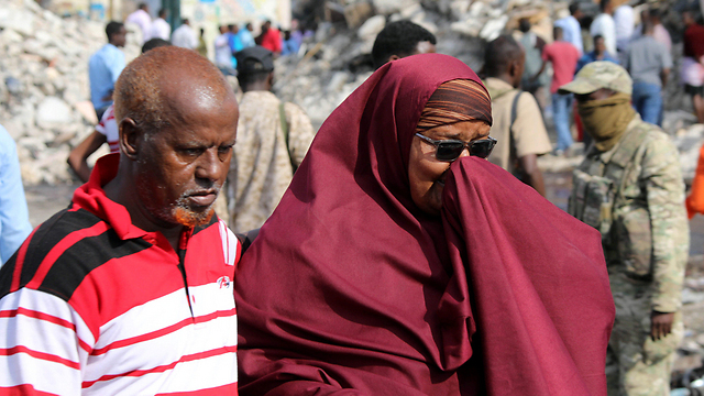Local Somalis searching throug the rubble for their loved ones (Photo: Reuters)