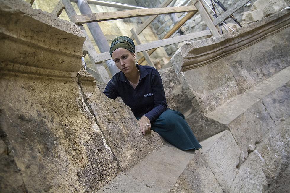 ארכיאולוגית רשות העתיקות, תהילה ליברמן, במבנה התיאטרון (צילום: יניב ברמן, באדיבות רשות העתיקות) (צילום: יניב ברמן, באדיבות רשות העתיקות)