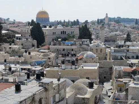 בעיר העתיקה בירושלים אפשר לראות פיתוח מיוחד: דודי שמש רוכבים על מכלי מים (צילום: מיכאל יעקובסון)