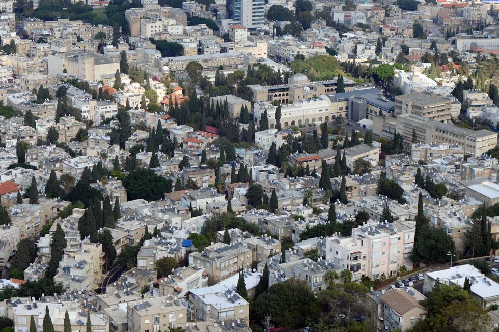 אבל באף מדינה לא נהוג להציב את המכלים הגליליים על הגגות. רק בישראל זה קורה (חיפה מלמעלה) (צילום: מיכאל יעקובסון)