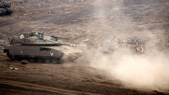"""טנק של צה""""ל לא הרחק מגבול סוריה (צילום: EPA) (צילום: EPA)"""