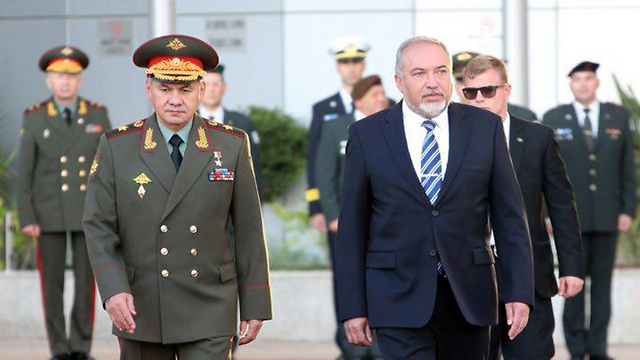 Defense Minister Avigdor Lieberman (R) with his Russian counterpart, General Sergei Shoigu, in Tel Aviv, Monday (Photo: Motti Kimchi)