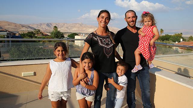גוזלן, הבעל עמרי וארבעת הילדים (צילום: עמית שאבי) (צילום: עמית שאבי)