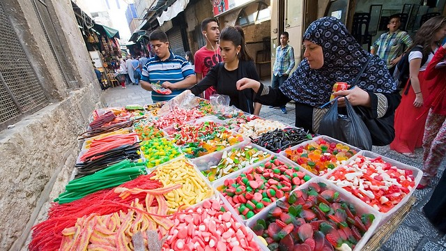 יולדות פחות, אוכלות יותר אוכל מערבי. נשים ערביות בישראל (צילום: shutterstock) (צילום: shutterstock)