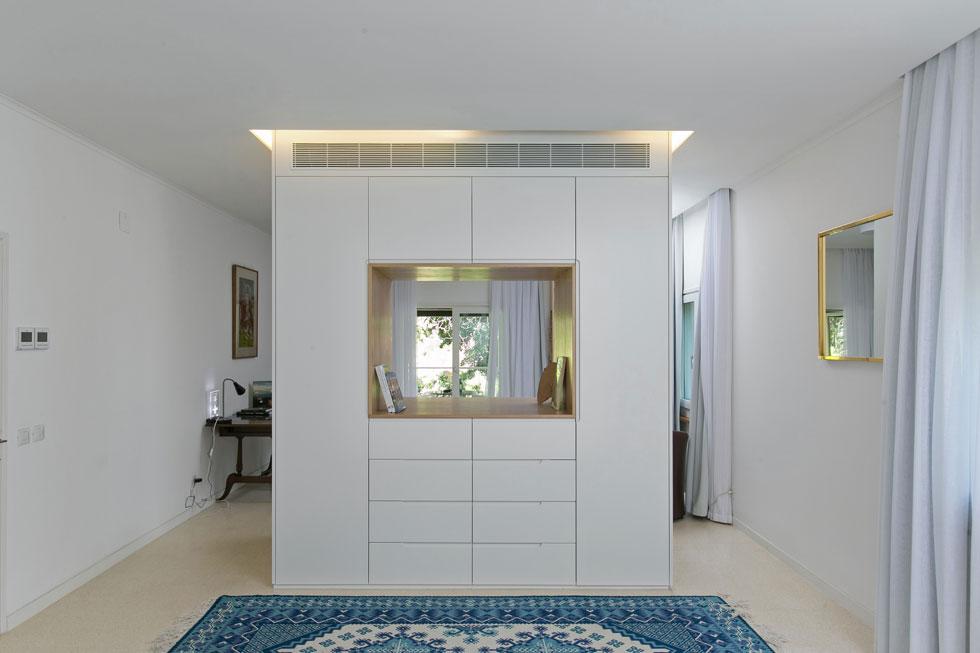 חדר השינה של בני הזוג רוך שופץ השנה. הוא מחולק באמצעות ארון, והודות לפתח שתוכנן במרכזו נשמר קשר עין בין המיטה למרפסת ולגן (צילום: שירן כרמל)