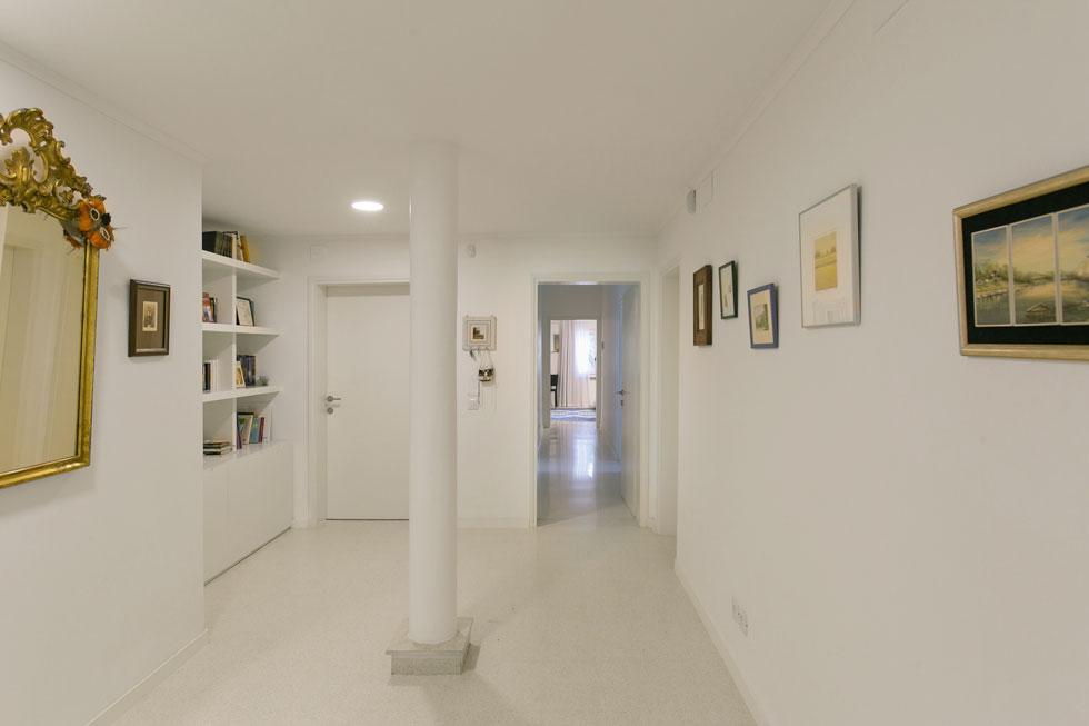 למעלה מקשר מסדרון רחב בין חדרי השינה - שלושה לבני המשפחה והיתר לאורחים (צילום: שירן כרמל)