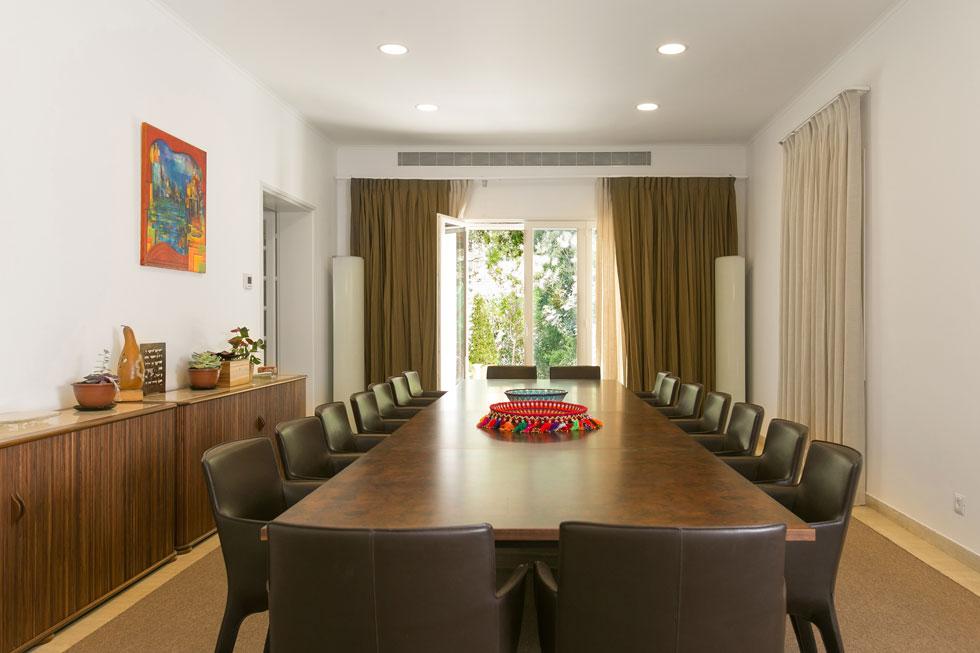 חדר האוכל הרשמי גדול, אך השגריר מעדיף לארח בגינה. רוך בחר לשני קירות ציורים ססגוניים, וקיר שלישי עדיין ריק. ''אני רוצה לתלות עליו ציור של אמן ישראלי'', מגלה השגריר. ''ביקרנו כבר בכמה גלריות'' (צילום: שירן כרמל)