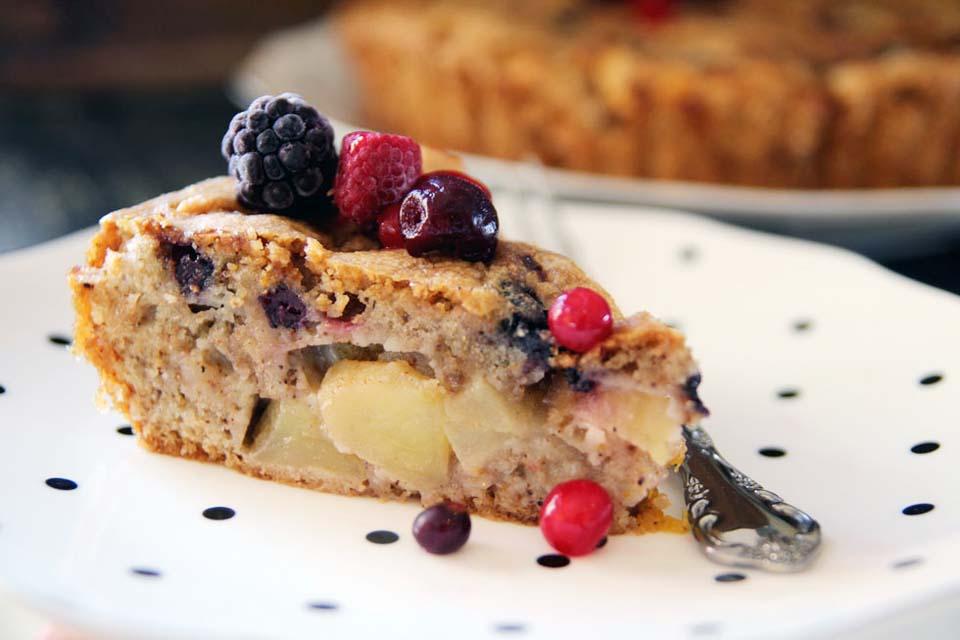 Пирог с яблоками и лесными ягодамию. Фото: Дафна Остер Михаель