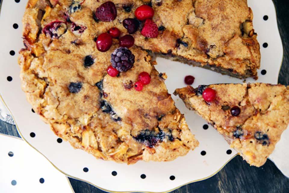 Пирог с яблоками и лесными ягодами. Фото: Дафна Остер Михаель