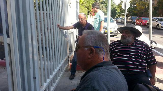 הנכים מול בית ראש הממשלה, היום (צילום: אמיר אלון) (צילום: אמיר אלון)