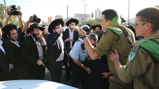 """""""הם לא יתגייסו"""". עימות בין חיילים למפגינים חרדים (צילום: עמית שאבי)"""