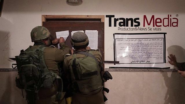 """הפשיטה הצבאית על חברות התקשורת הפלסטיניות (צילום: דובר צה""""ל)"""