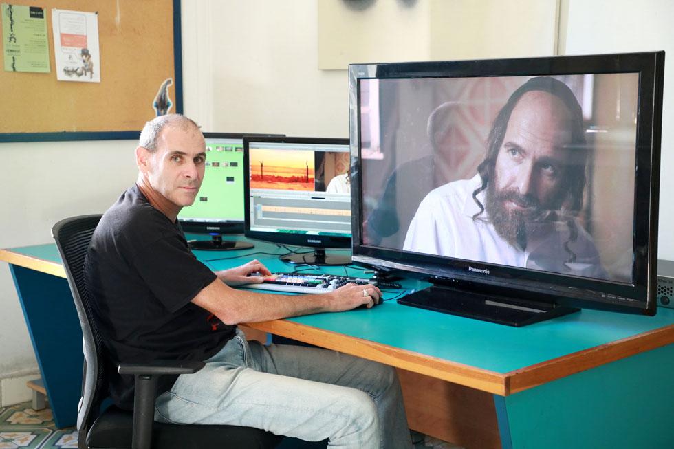 """ליד מחשב העריכה. """"העבודה של במאי ועורך היא עבודה אינטימית בחדר סגור, וזה קצת כמו טייס ונווט"""" (צילום: דנה קופל)"""