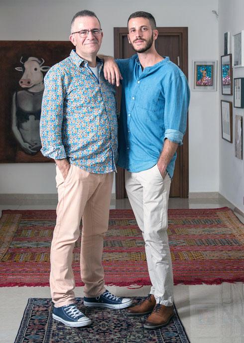 """עם אביו דב, שגם יצא מהארון. """"לא הפחיד אותי להיות הומו, כי ראיתי עד כמה אבא שלי מאושר"""" (צילום: דפנה טל)"""