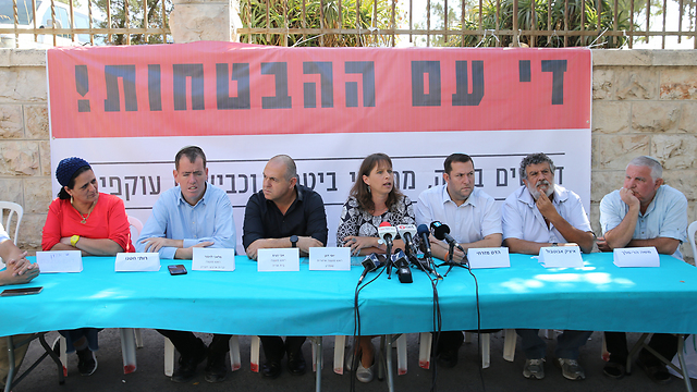 Settler leaders with bereaved families (Photo: Amit Shabi)