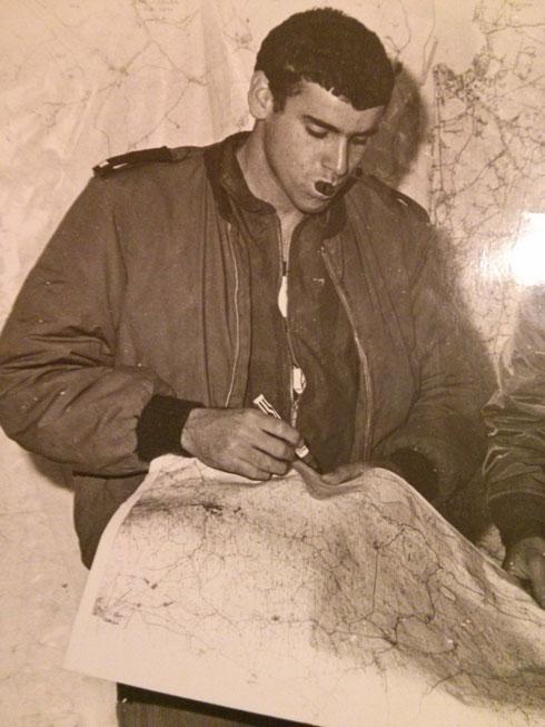 """להב-ליבוביץ' במהלך השירות בחיל האוויר. """"רק אחד יכול להחזיק את הסטיק"""" (צילום: אלבום פרטי)"""