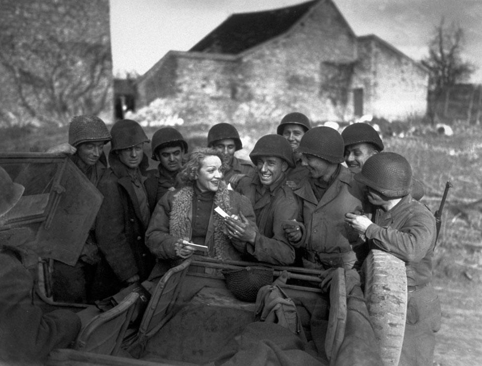 """מרלן דיטריך עם חיילים אמריקאים בגרמניה. התנגדה לשלטון הנאצי והקליטה את """"לילי מרלן"""" במסגרת פעילותה למען צבא ארה""""ב (צילום: Gettyimages)"""