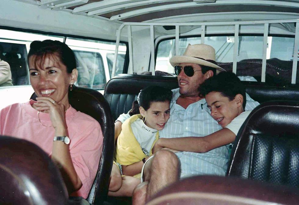 """הדר בגיל עשר, עם ההורים והאח בטיול לאפריקה. """"גדלנו בבית חם, רגוע ויציב"""" (צילום: אלבום פרטי)"""