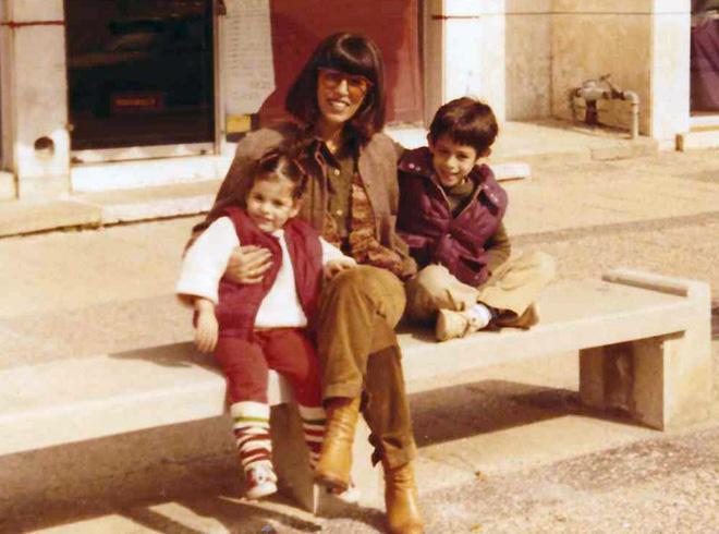 """הדר בילדותה, עם אמה ואחיה. """"לא היו לי חלומות מוגדרים""""  (צילום: אלבום פרטי)"""