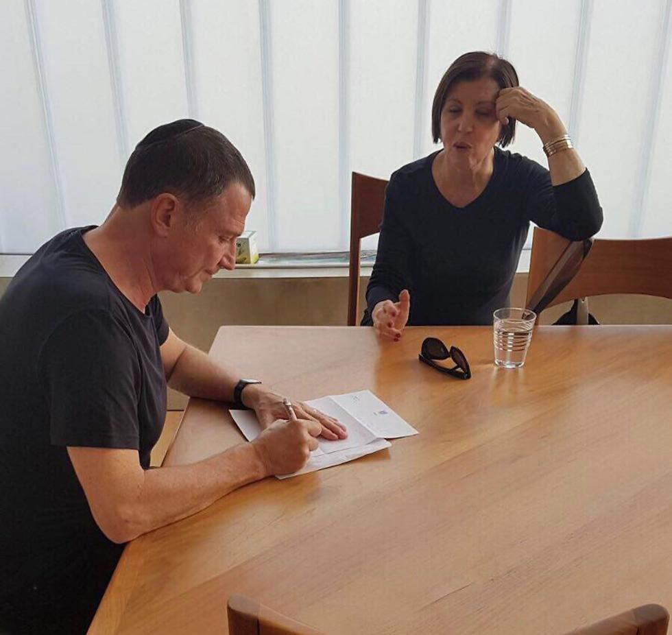 """מגישה את מכתב ההתפטרות ליו""""ר הכנסת ()"""
