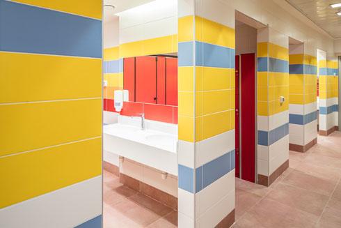 מלתחות ושירותים. הצבעוניות עזה בכל פינה במרכז, כפי שדרשה מייסדת הארגון מלכי סמואלס   (צילום: עמית גרון)