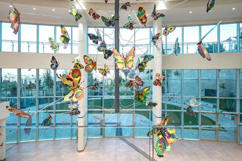 פסל הפרפרים שיצר במיוחד למרכז האמן דוד גרשטיין  (צילום: עמית גרון)