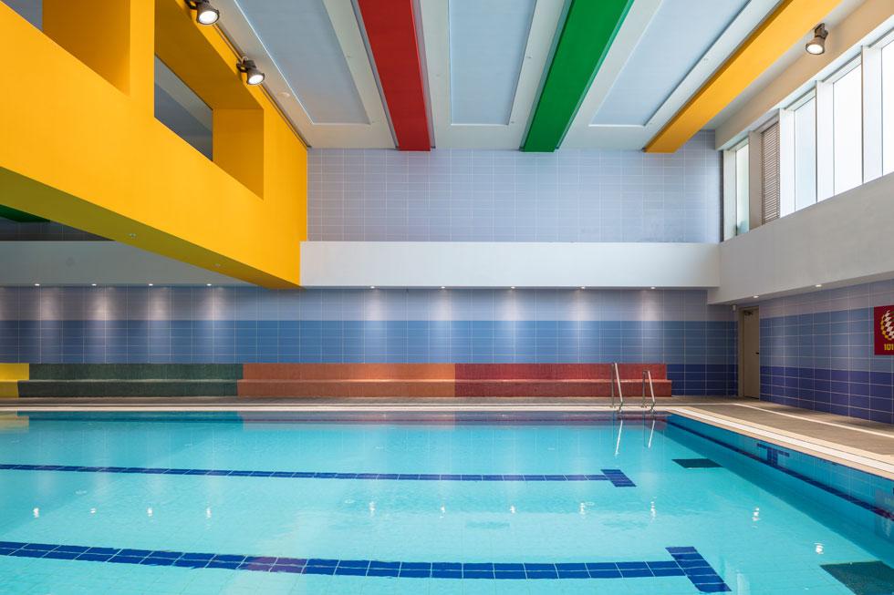 בריכת השחייה החצי אולימפית במרכז הספורט התת קרקעי, מוארת באור טבעי  החודר מבעד לחלון הגדול בחלקו העליון של האולם  (צילום: עמית גרון)