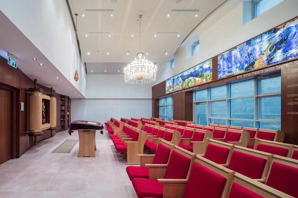 בית הכנסת באחת מקומות הביניים במרכז, שבהן יש גם בית מדרש, חדרי שינה לילדים ולסגל, חדר אוכל עם נוף פנורמי ומטבח המבשל 700 מנות המוגשות בוקר, צהריים וערב  (צילום: עמית גרון)