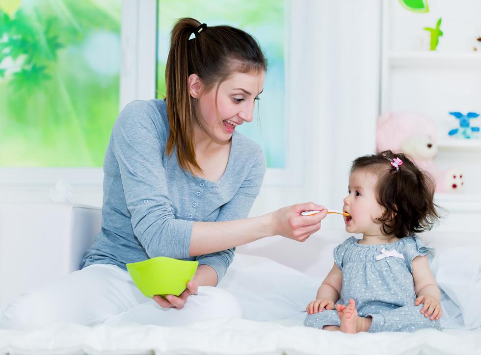 כפית אחת בשביל אמא, כפית אחת בשביל אבא ומה עם הכפית בשביל הילדה? (צילום: Shutterstock)
