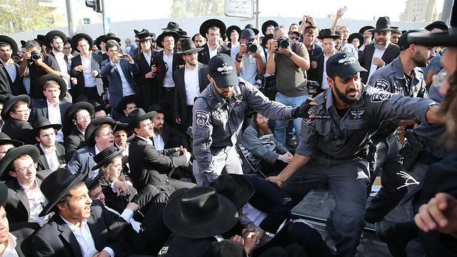 עימותים בין שוטרים לחרדים (צילום: עמית שאבי) (צילום: עמית שאבי)