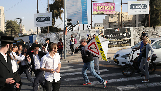 Drivers clashing with Haredi protesters in Jerusalem (Photo: Amit Shabi)