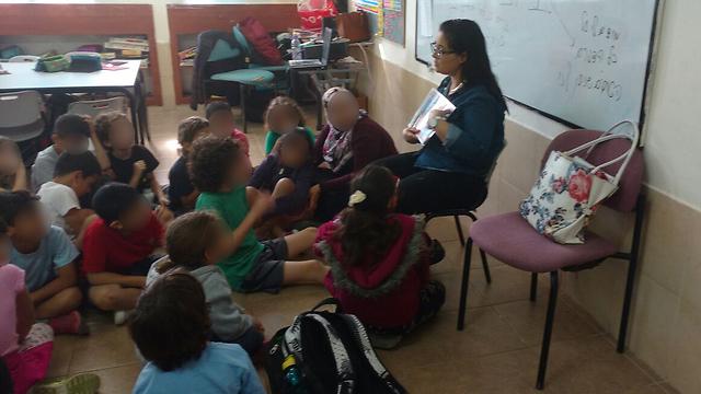 ביטון עם התלמידים בכיתה. בסוף ניצחה את טחנות הרוח (צילום: אלבום פרטי) (צילום: אלבום פרטי)