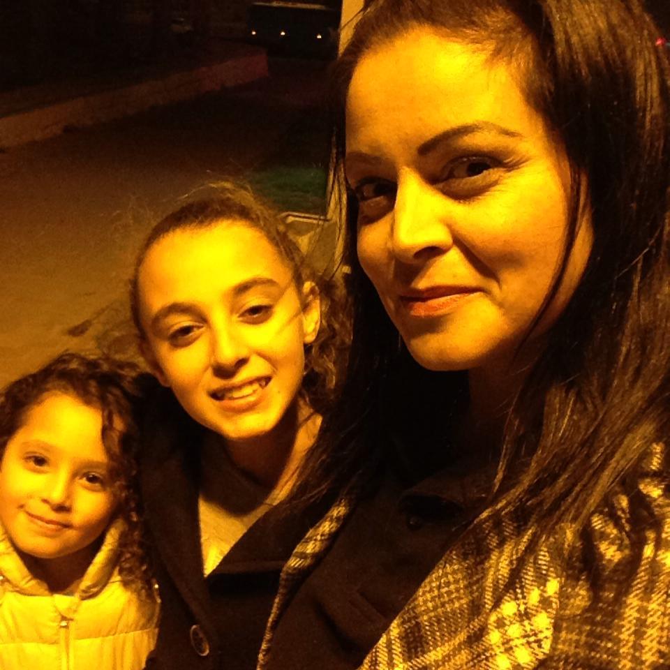 אביגייל ביטון עם בנותיה (צילום: אלבום פרטי) (צילום: אלבום פרטי)