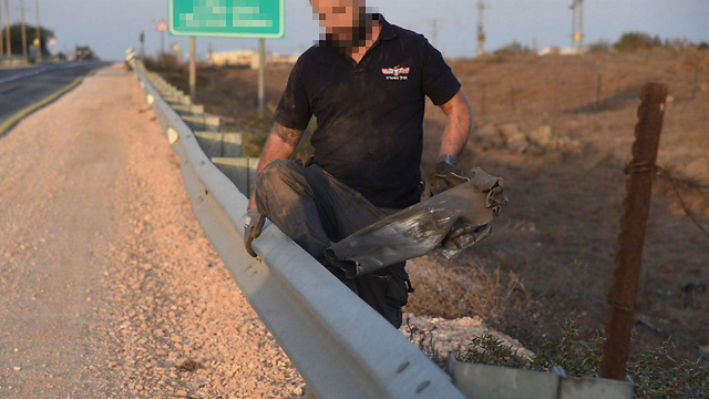 IDF sapper holding rocket spillover from Syria (Photo: Avihu Shapira)