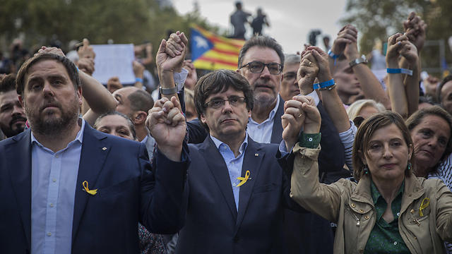 Puigdemont (C) (Photo: AP)
