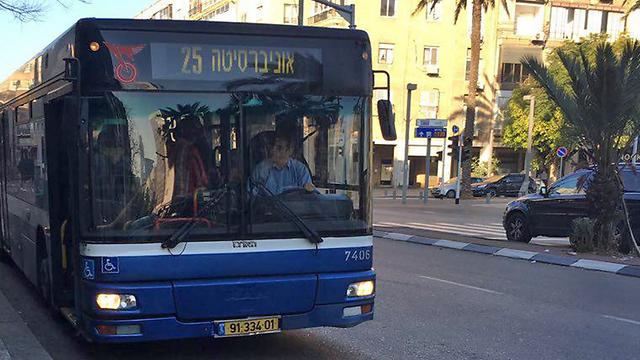 אוטובוס של דן בתל אביב. הסוף לתשלום אצל הנהג (צילום: גלעד כרמלי) (צילום: גלעד כרמלי)