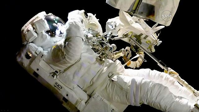 תיקון במסגרת הליכת חלל. התיירים לא יצטרכו לעבוד (צילום: AP) (צילום: AP)