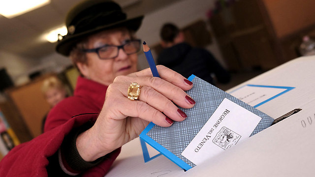 A woman casts her vote in Sunday's autonomy referendum in northern Italy (Photo: Reuters)