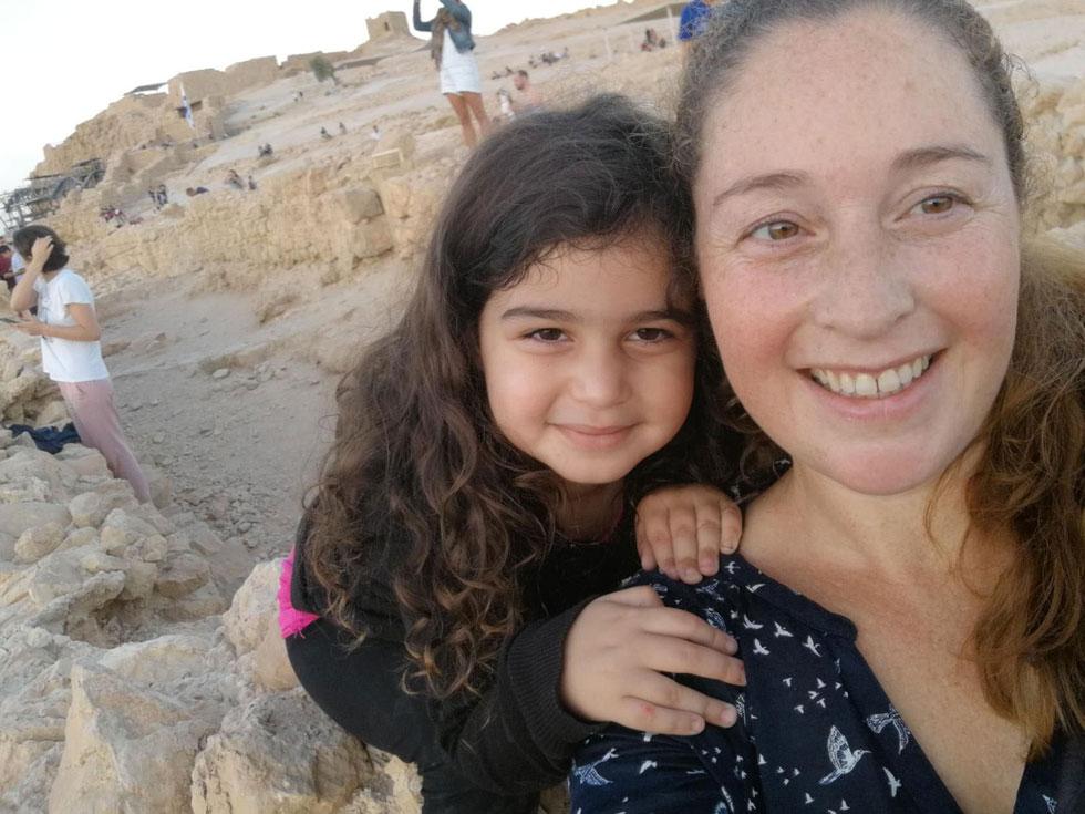 אורלי ומיקה מטפסות למצדה: גיחה לחוג אמא תוך כדי טיול משפחתי