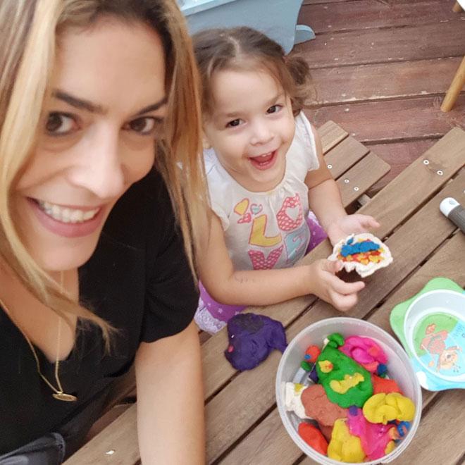 הילה, עם דריה - בתה הרביעית. הוכחה לכך שגם עם ילד רביעי אפשר לעשות חוג אמא