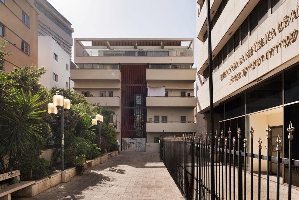 חזית הבניין בסמטת בית השואבה, שדרכה אפשר היה לעבור במשך עשרות שנים בין שני רחובות ראשיים בעיר: נחלת בנימין ואלנבי (צילום: ליאור גרונדמן)