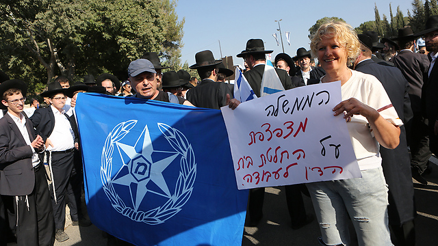 Police retirees demonstrating for higher pensions (Photo: Alex Kolomoisky)