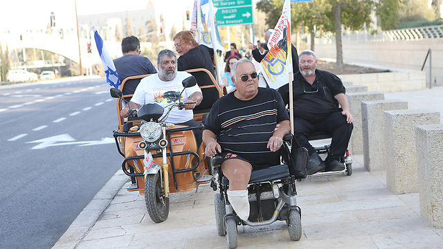Disabled Panthers protesters outside the National Insurance Institute in Jerusalem (Photo: Alex Kolomoisky)