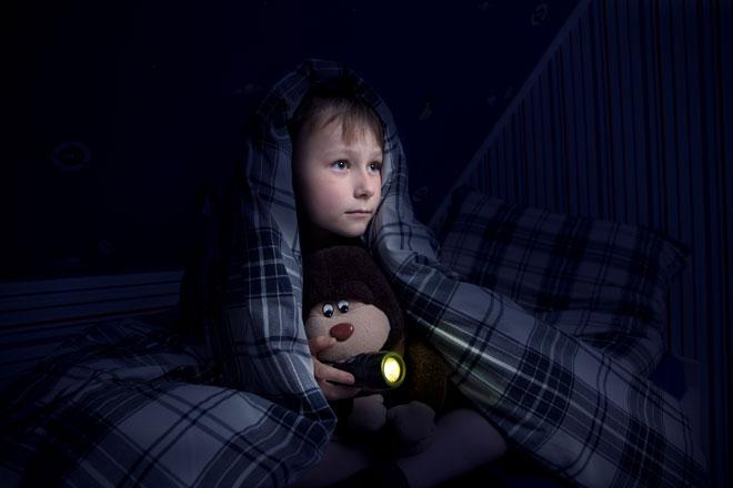 הילדים שלכם מבקשים לישון עם אור דלוק? זיכרו שהורמון השינה, מלטונין - מופרש רק בשעות החשיכה (צילום: Shutterstock)