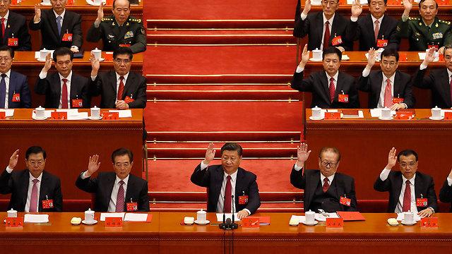 סין מתמודדת עם מחסור בתורמים. הצבעה במפלגה הקומוניסטית (צילום: AP) (צילום: AP)