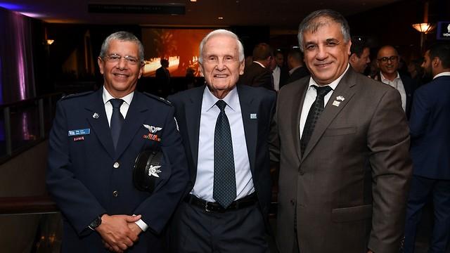 Глава FIDF Меир Клифи-Амир, пилот Дани Шапира и генерал Амир Эшель (Photo: Shahar Azran)