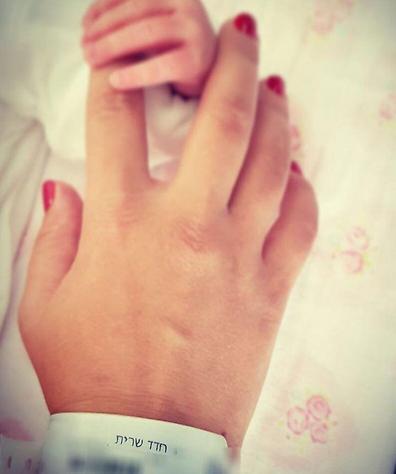 מחוברות. הידיים של שרית חדד ובתה נויה (אינסטגרם)