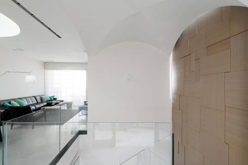 מבט אל הסלון. הבלחות של טורקיז, ומימין הקמרונות מעל המבואה וגרם המדרגות (צילום: גדעון לוין)
